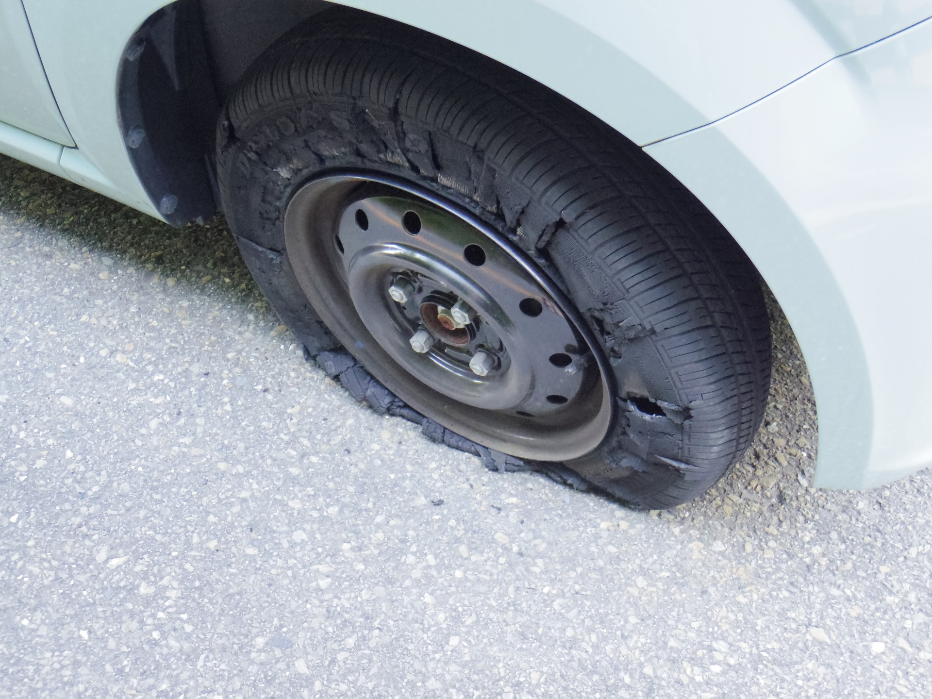 レンタカーのタイヤのバースト